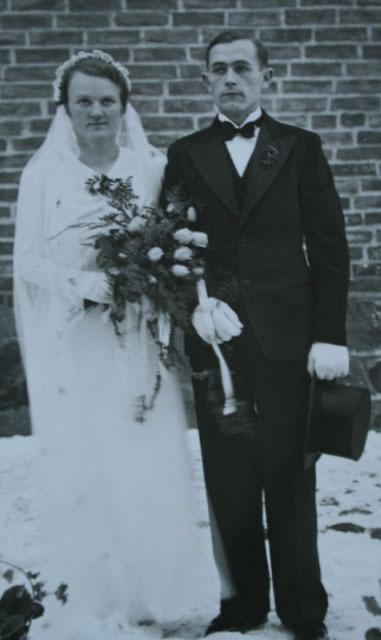Oma Betty und Opa Hans bei ihrer Hochzeit im Winter