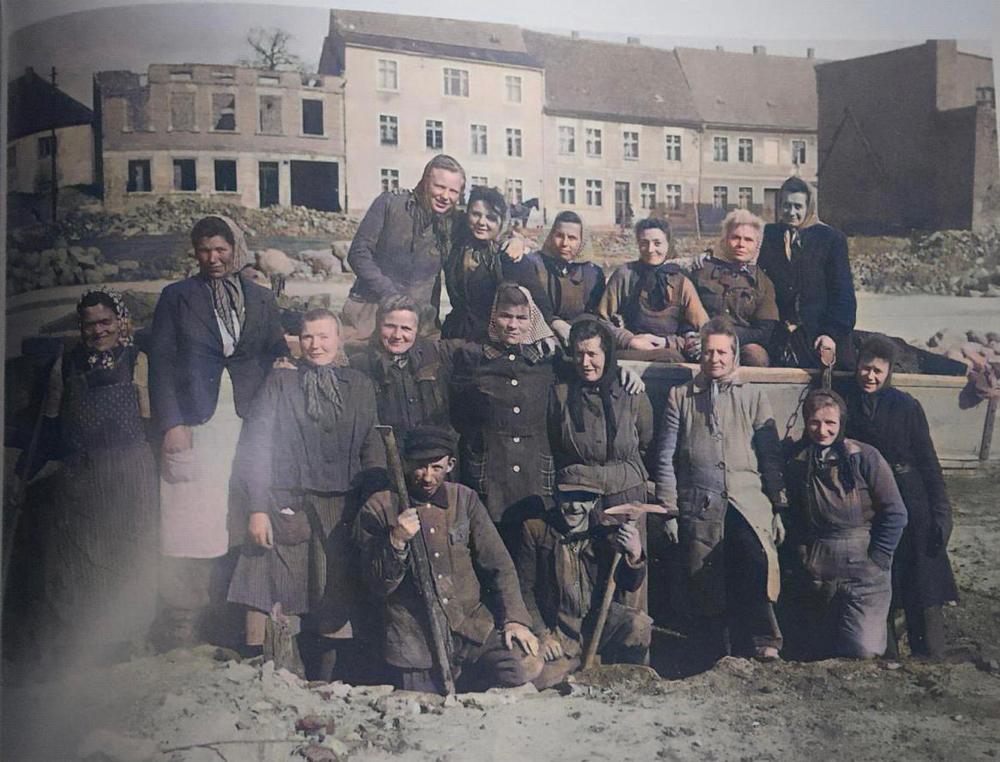 Demmin - 1947 Holstenstraße Women and men rebuilding the town after the Red Army had set it on fire. (Picture: Heinz Gerhardt Quadt - Demmin , wie es früher war Band 2)