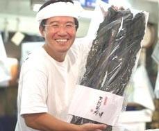 写真:笑顔で正面を向いている山﨑康弘社長