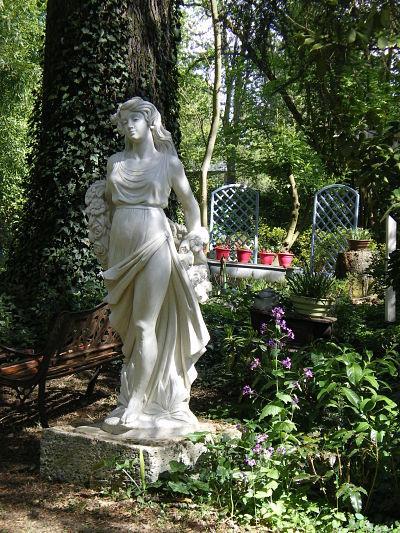 Statue - Jardin du gîte la Fontaine St Gervais - Aumont en Halatte - Oise