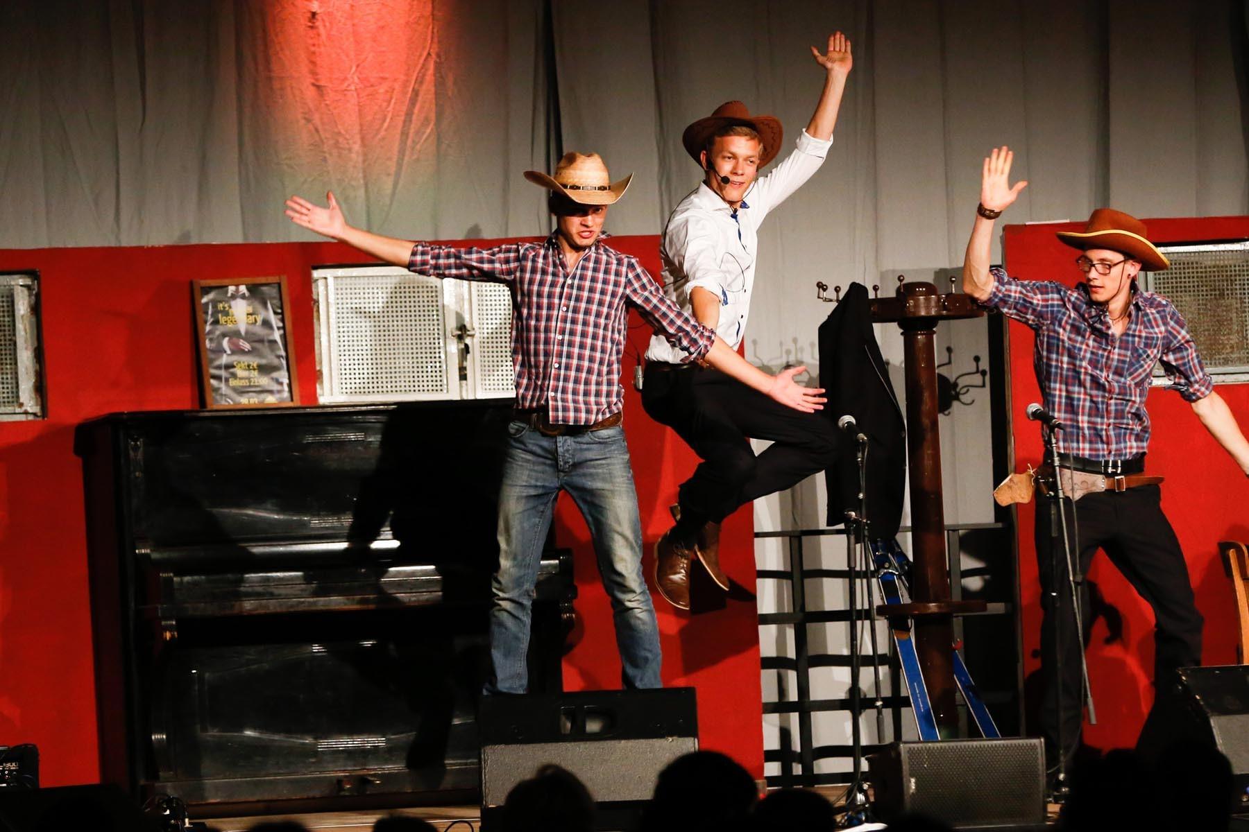 Auf diesem Abiball-Foto sieht man drei Cowboys bei einem Western-Tanz. Sehr amüsant!