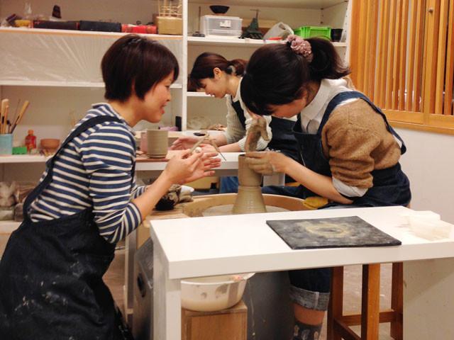 会員専用カリキュラムのひとつ、湯呑作りの練習中