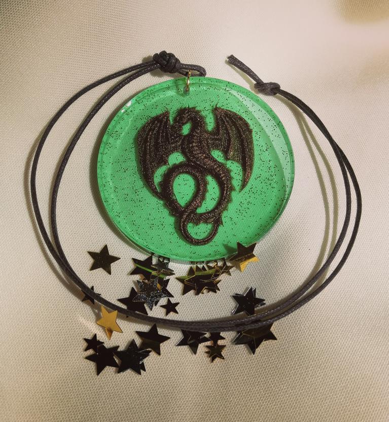 Amulett Drache auf grünem Grund