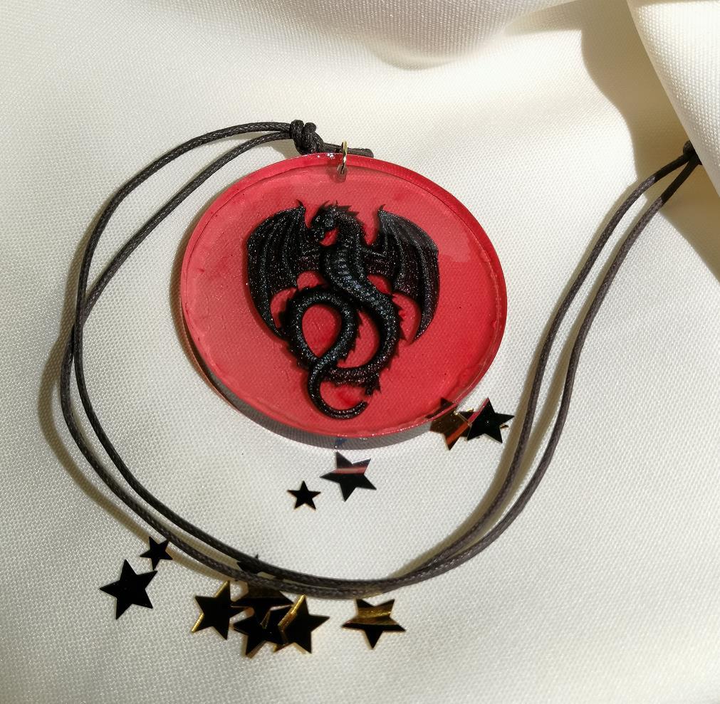 Amulett Drache auf rotem Grund