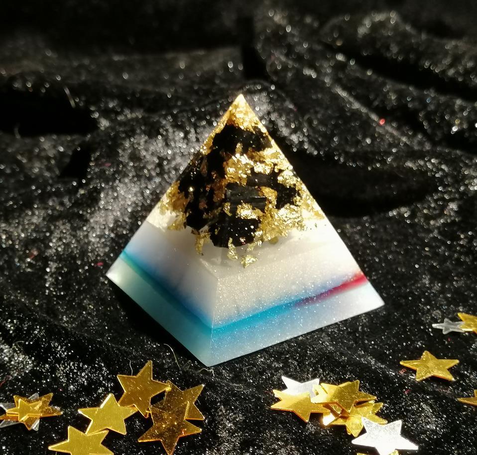 Pyramide mit Schungit