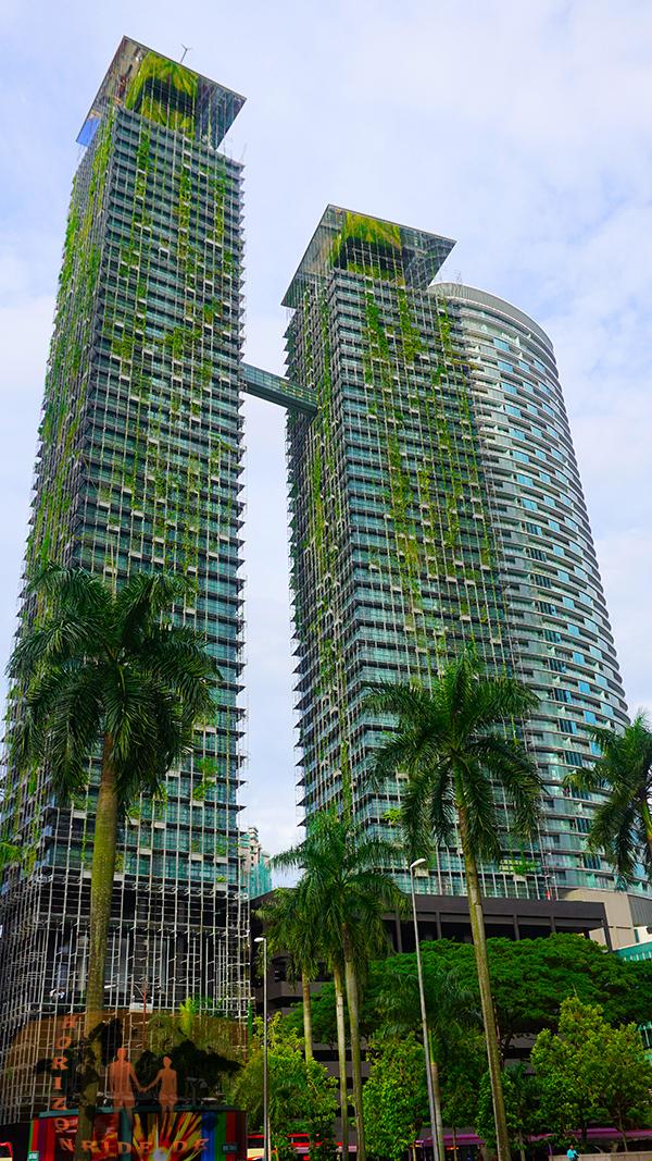 """Ein """"Condominium"""": 24h Sicherheitsdienst, Pool, Fitnessraum. Das """"Condom"""" in """"Condominium"""" steht wohl richtigerweise für das Abgeschottetsein, dieser Phallussymbole des steigenden Reichtums."""