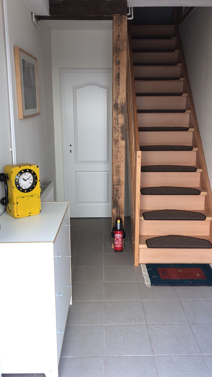 Badzugang neben der Treppe