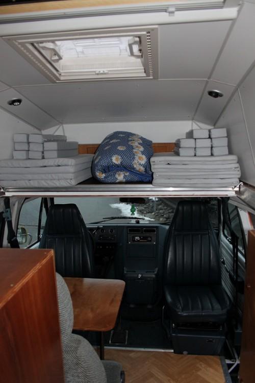 Das Bett kann tagsüber über der Fahrerkabine verstaut werden