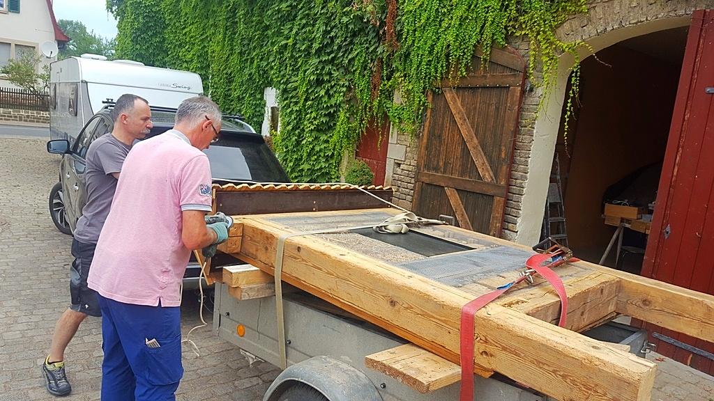 01 Werner und Thomas beim Verzurren auf dem Anhänger in Undenheim