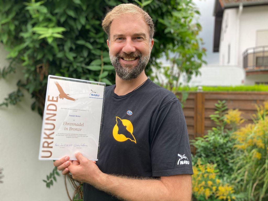 """Daniel zu Hause mit seiner """"Bronzenen Ehrennadel"""" (Foto A. Beier)"""