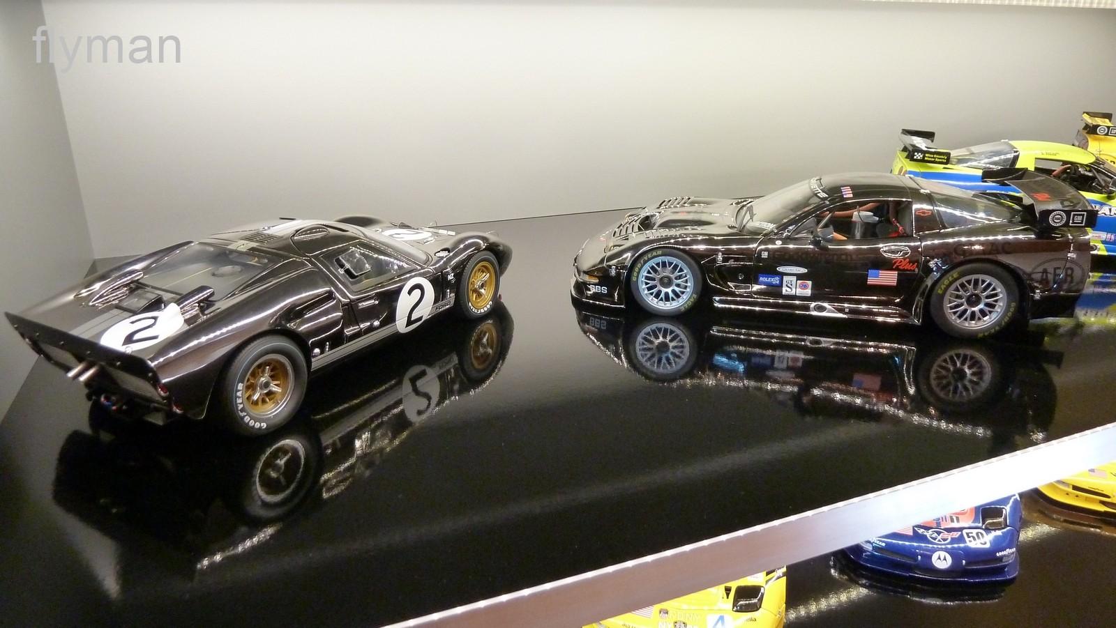Zwei Modelle im seltenen Chrom-Schwarz