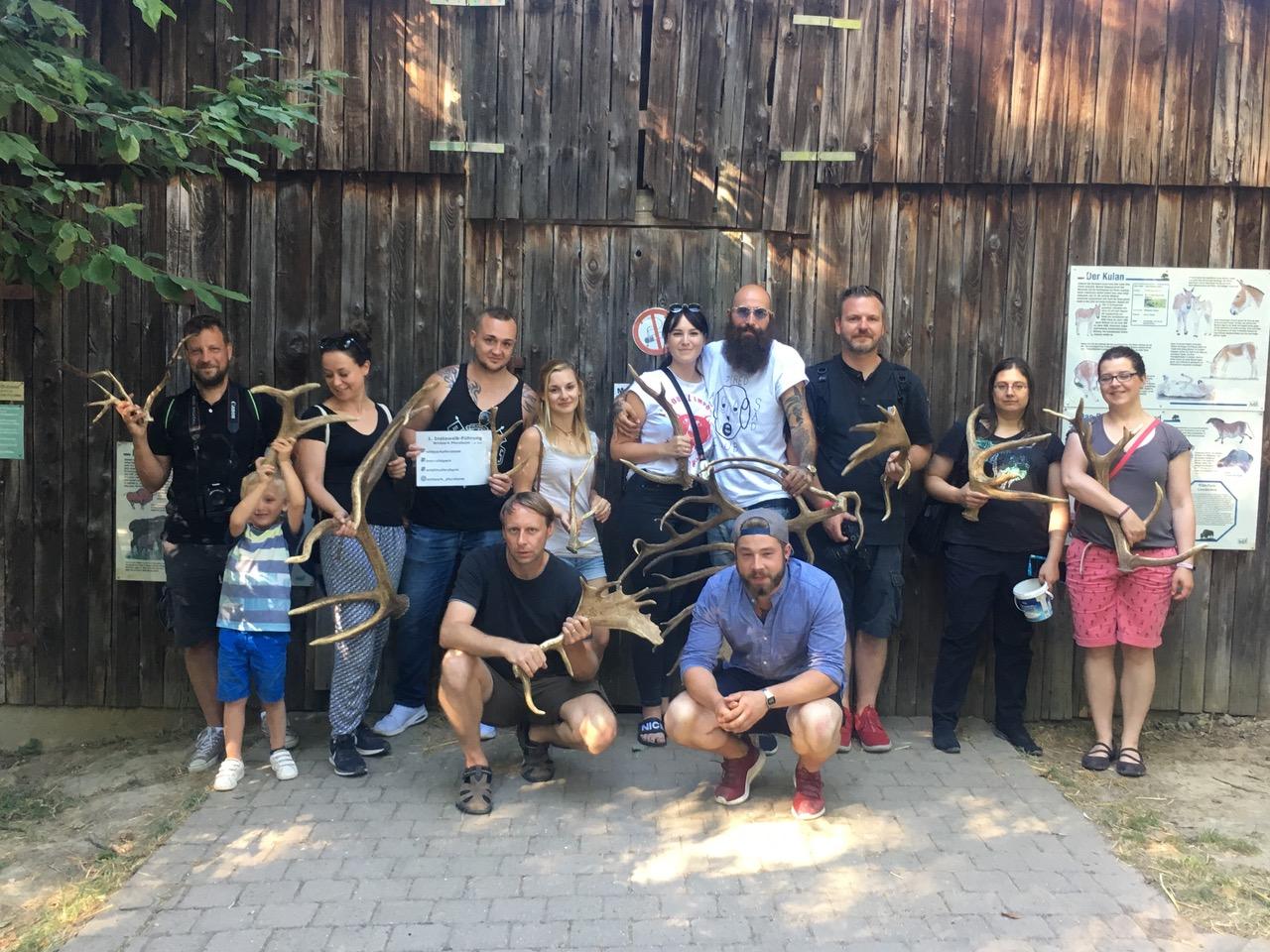 Gruppenfoto: Die Teilnehmerinnen und Teilnehmer des Instawalks mit Carsten Schwarz (vorne links) und David Schmitt (vorne rechts) im Wildpark. Quelle: Stefanie Paprotka