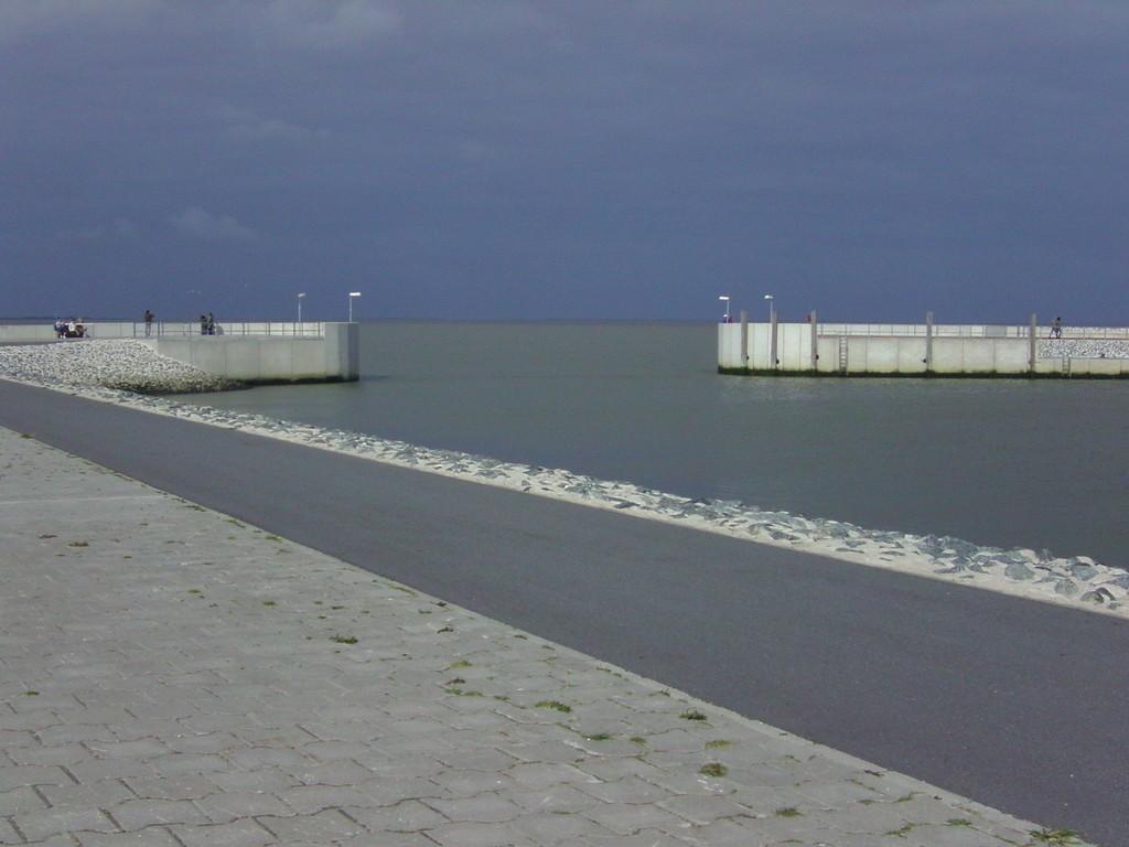... die Hafenausfahrt Neuharlingersiel