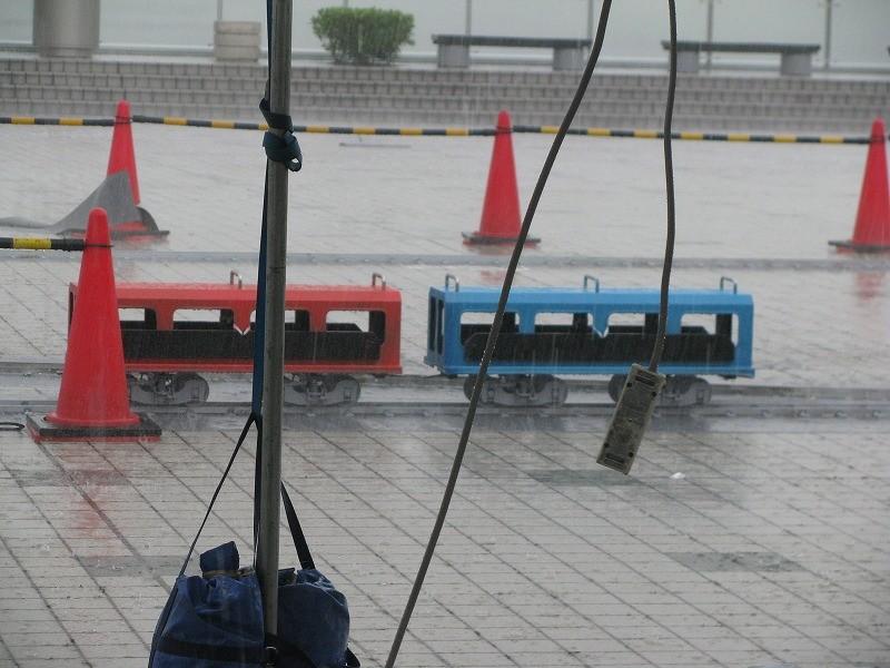 悲しく客車が雨にたたかれる。