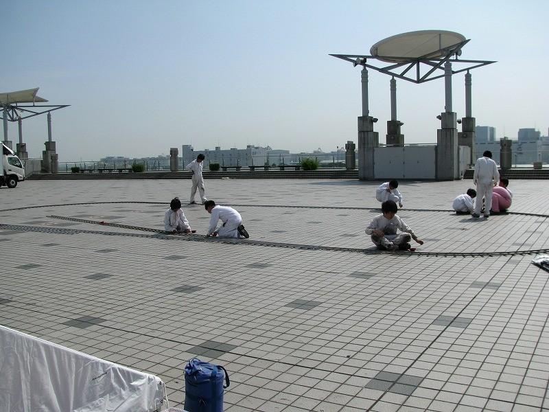 広い屋上にレイアウトが小さく見えます。