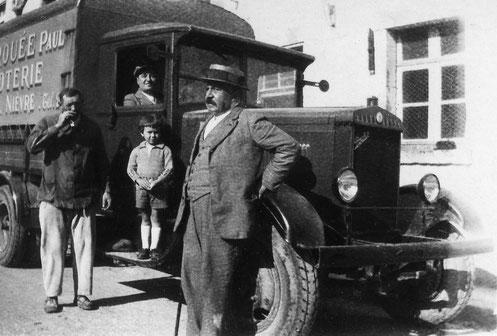 Jules Carrouée, père de Paul Carrouée, devant son camion de livraison