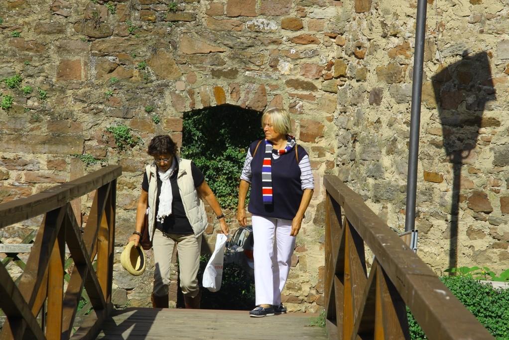 zwei Burgfrauen auf der Brücke