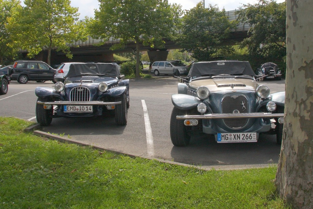 2 Panther auf Parkplatz Wertheim