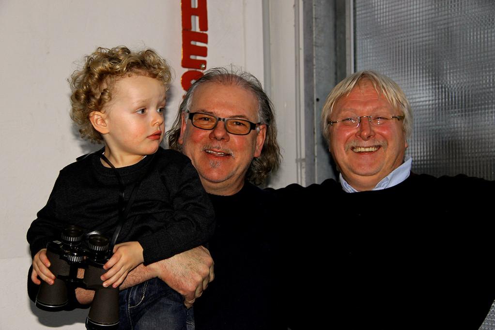 für heute das letzte Bild!....Opa Locke mit Enkelkind und meine Wenigkeit:Peter Pfeffer