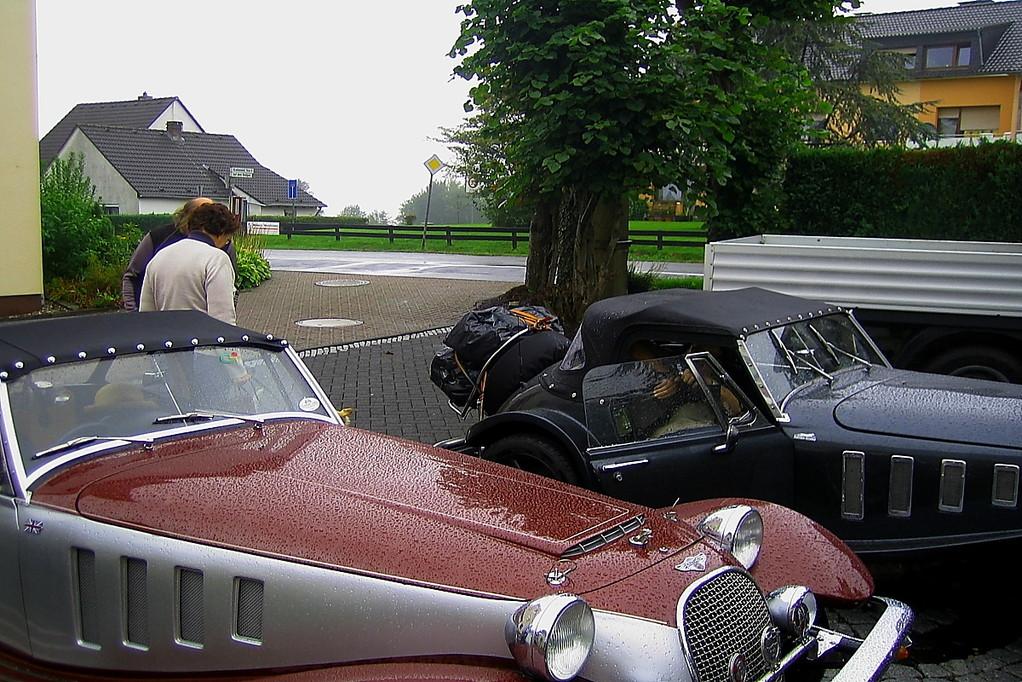4 Panther bereiten sich im Regen auf die Abfahrt vor