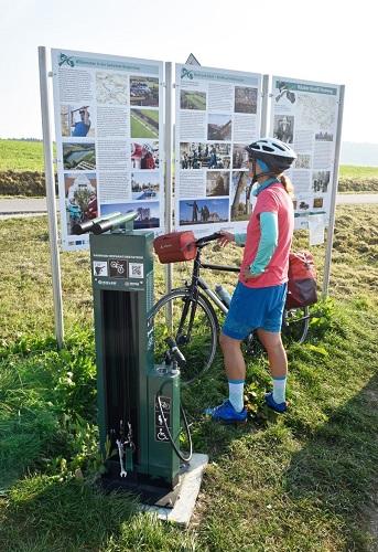 Themenradweg Räuber-Kneißl-Radweg Landkreis Dachau Rastplatz mit Infotafel und Rad Werkzeug Station