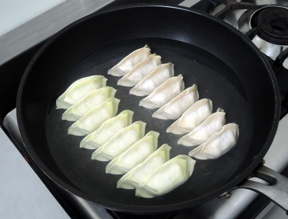 フライパンに餃子並べ水又はお湯を餃子の高さの6割位まで注ぎふたをし加熱する
