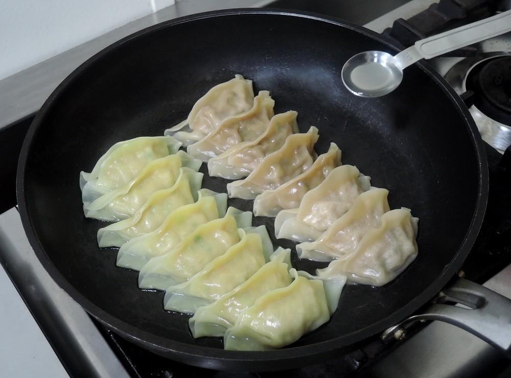 餃子8個に対してサラダ油を餃子の上から小さじ1杯半ほどかける。ふたをして焼き目をつける2~3分
