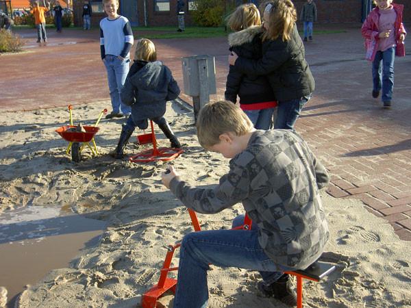 Im nassen Sand darf gematscht werden!.