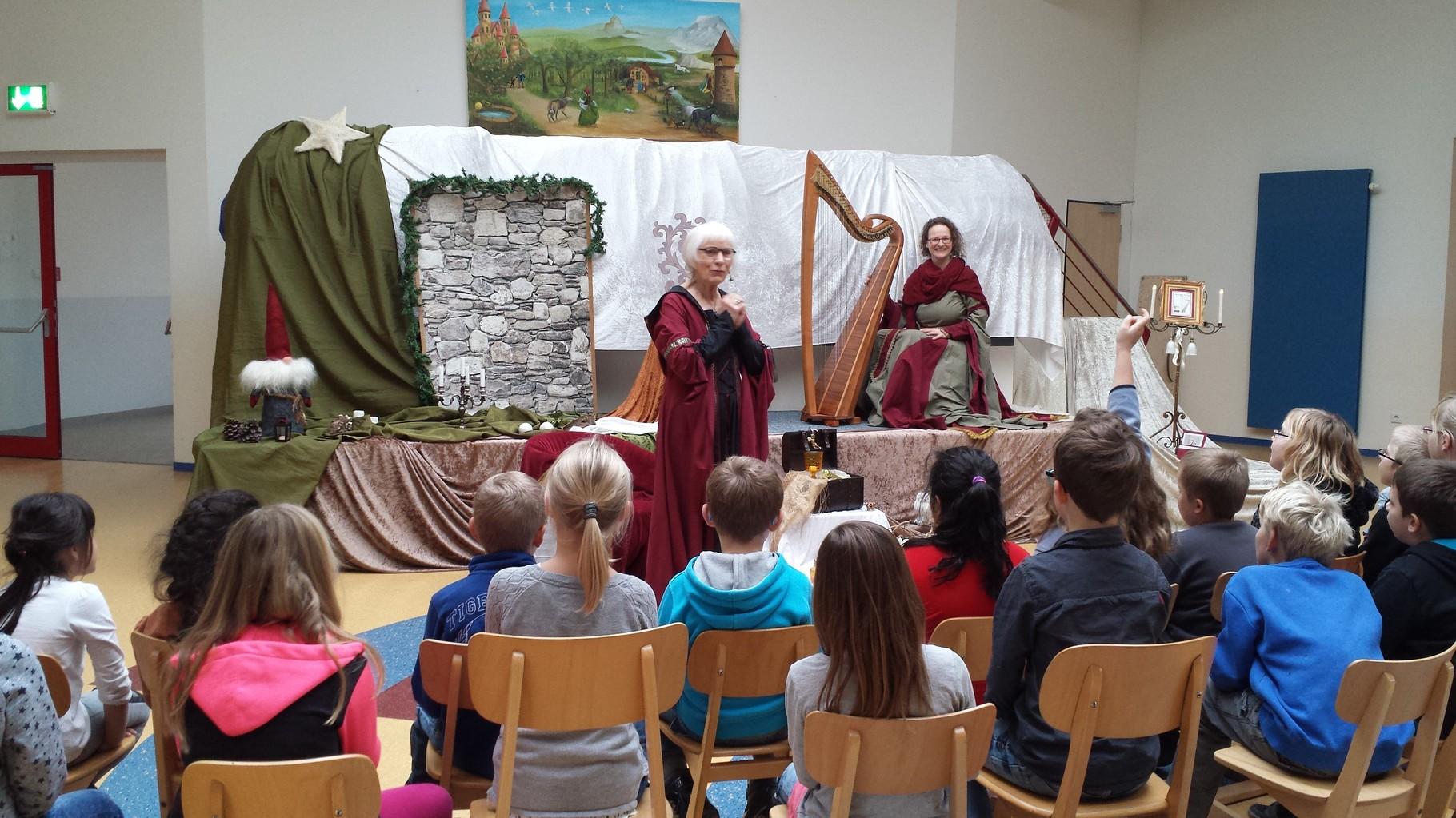 Eine Märchenerzählerin zu Besuch im Ganztag