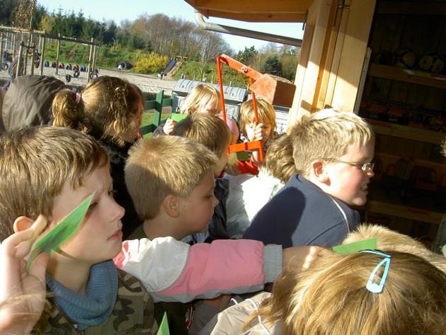 """Jetzt geht """"die Post ab""""! Mit tatkräftiger Unterstützung des Fördervereins wurden Pausen-Spielgeräte angeschafft, die die Kinder in den Pausen ausleihen können."""