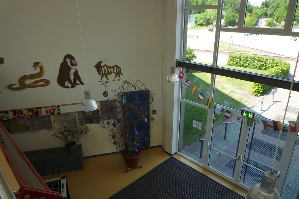 Blick vom Forum oben auf den Ausgang zum Schulhof
