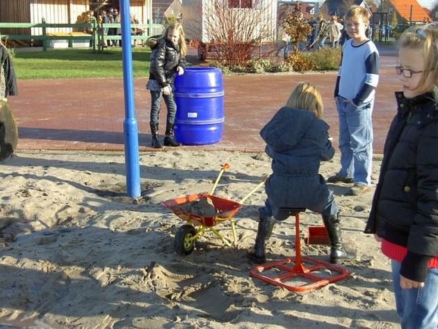 Im Sand wird gewerkelt und gebaut..