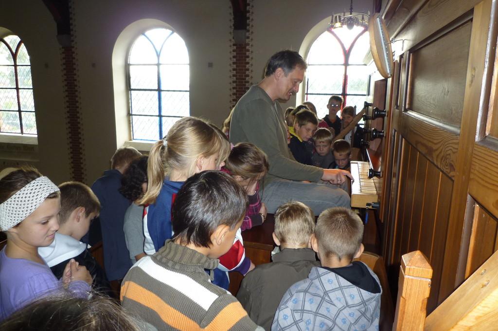 Pastor Henkmann spielt Orgel