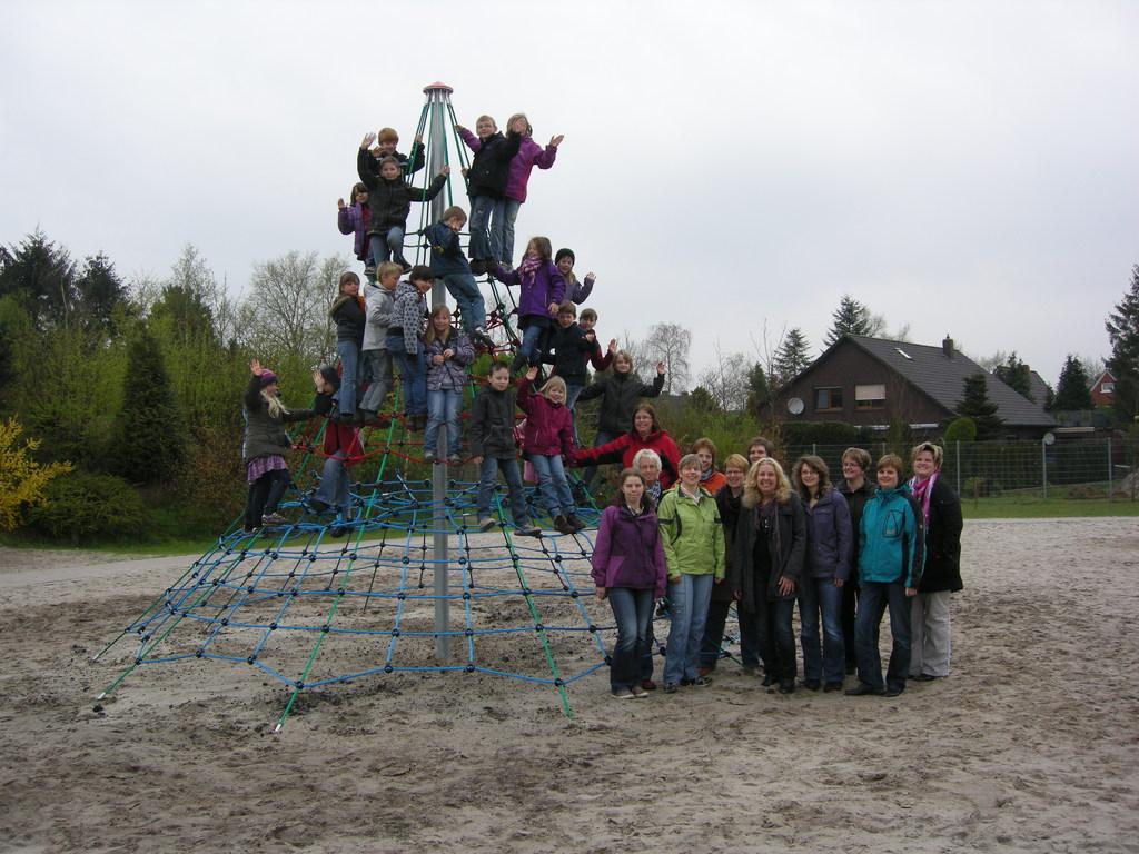Klettergerüst Englisch : Klettergerüst eingeweiht grundschule moordorf