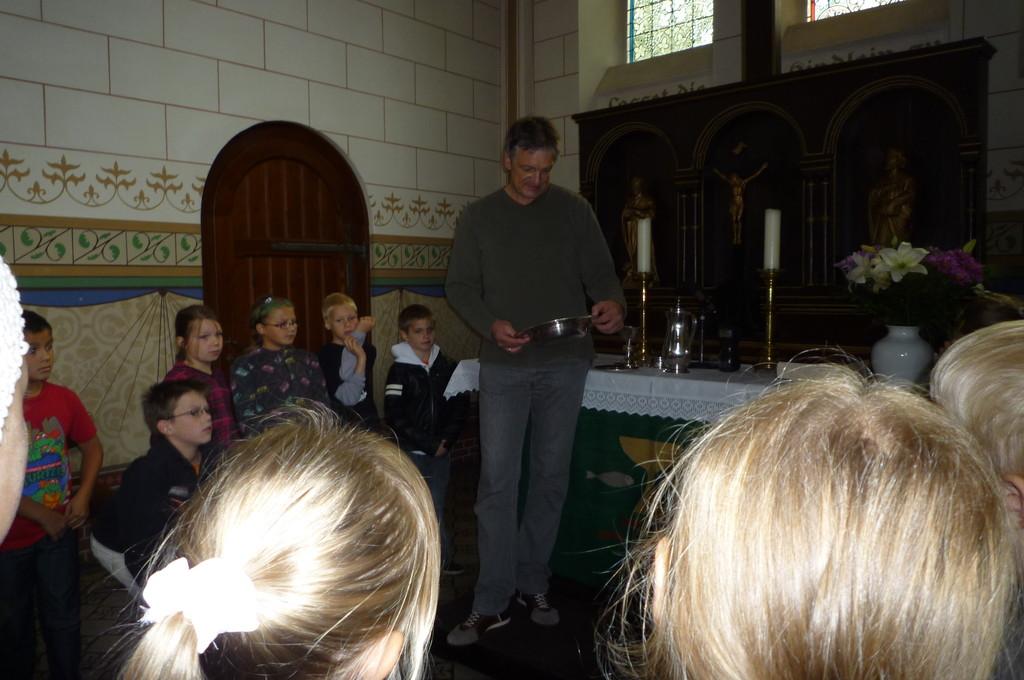 Pastor Henkmann zeigt die Abendmahlsgeräte