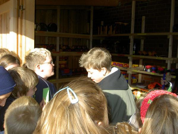 Schüler aus den vierten Klassen organisieren den Verleihbetrieb in der Spielebude.