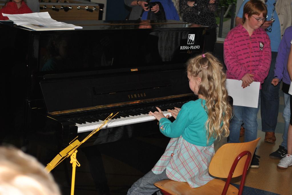 Emely spielt Frühlingslieder