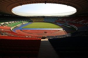 Das Happel Stadion während des Umbaus nach der Euro 2008, wo die kaputte Laufbahn blau angemalt wird...