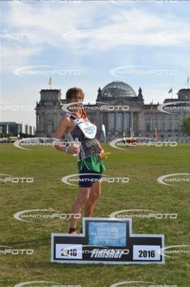 Das ist natürlich auch Martin: im Ziel in Berlin (gesamt 49.) war er der Erste auf der Wiese im Ziel und blödelte vor Freude mit den Fotografen...