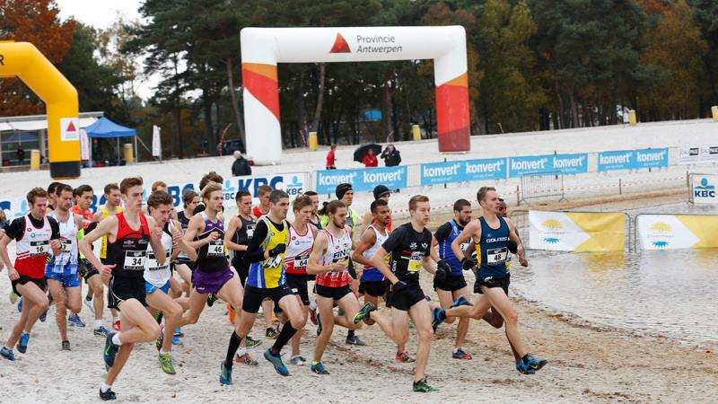 Start zum Rennen in Mol auf schwierigem Untergrund. Ca. 40% der Strecke verlaufen auf tiefem Sandboden (Foto: Veranstalter)
