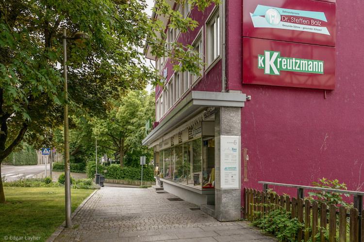 Praxis im 1. Obergeschoss über der Buchhandlung Kreutzmann