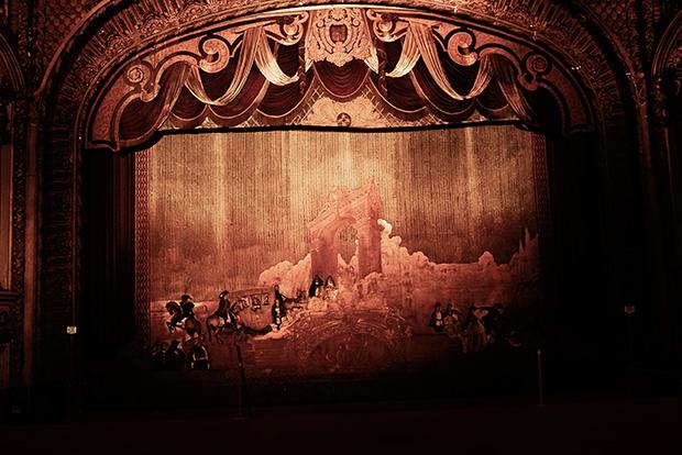 PALACE THEATERPalace theater... une autre ambiance construit au début des années 1911, avec sa scène et son lourd rideau de velours peint d'une image romanesque de Paris...