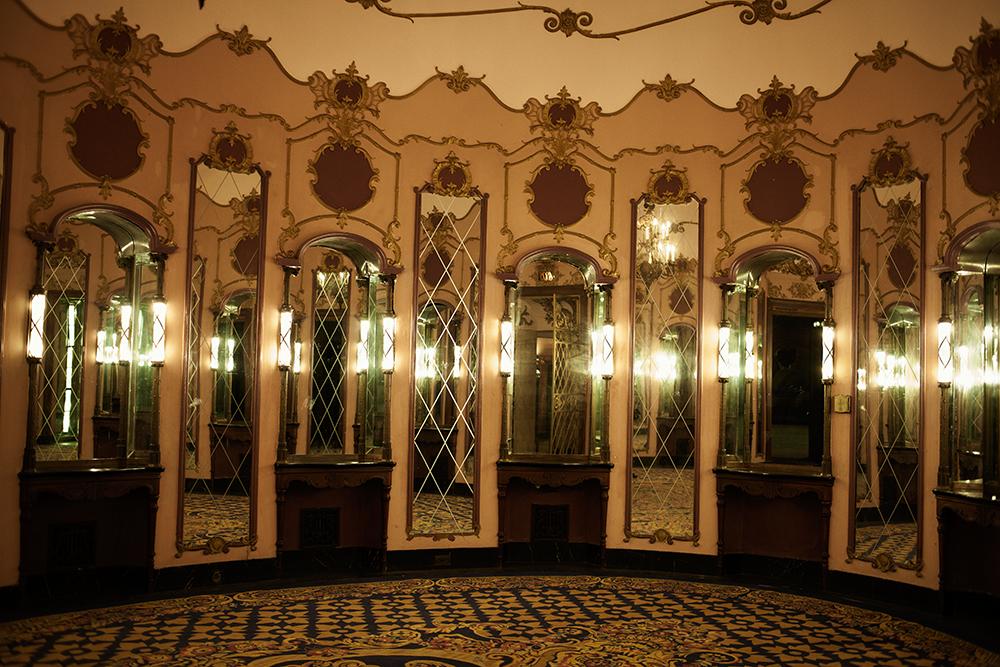 Ladies room inspirés du palais des glaces à Versailles, rose comme un macaron , en pleine dépression en 1930 Charlie Chaplin aida financièrement William Fox pour finir les travaux de ce théâtre génialement grandiose, le Los Angeles theater..