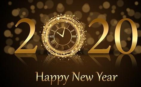 Nouvelle année 2020 écrit en lettre dorées et le 1er zéro est une horloge d'or ; Happy New Year dessous en doré, le tout sur fond marron et doré
