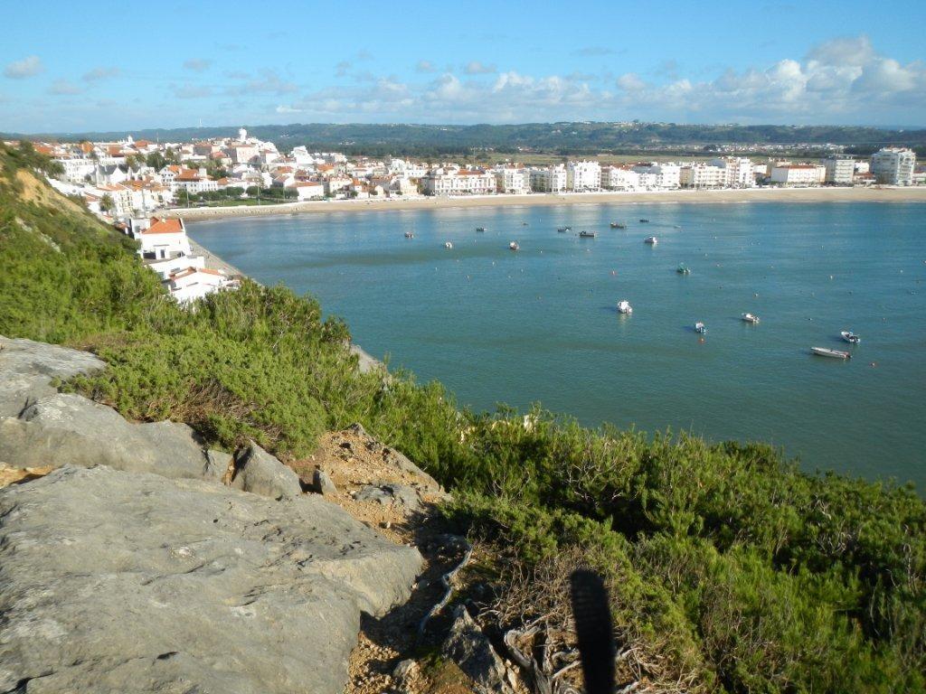 in der Bucht von Sao Martinho do Porto ist der Atlantik ruhig.