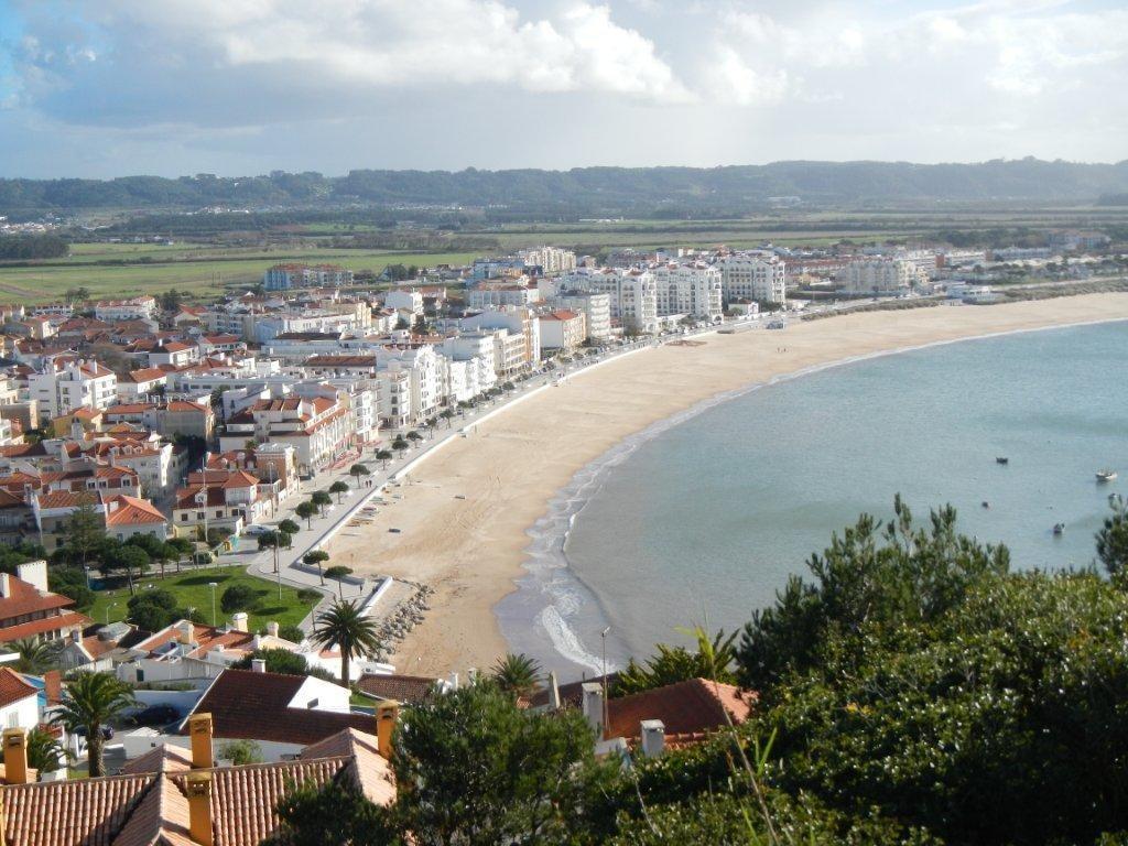 Der Badestrand von Sao Martinho do Porto an der Costa de Prata.