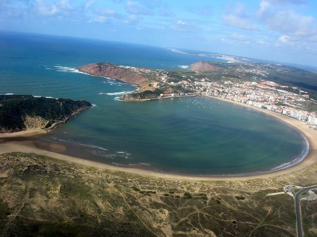 Die Muschelförmige Bucht von Sao Martinho do Porto aus der Luft.