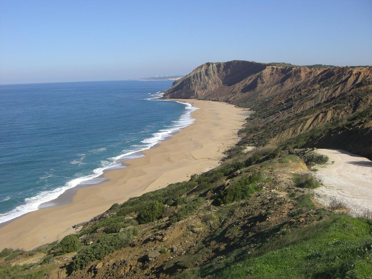 Der Praia del Gralha von oben. Urlaub in Portugal an der Costa de Prata.