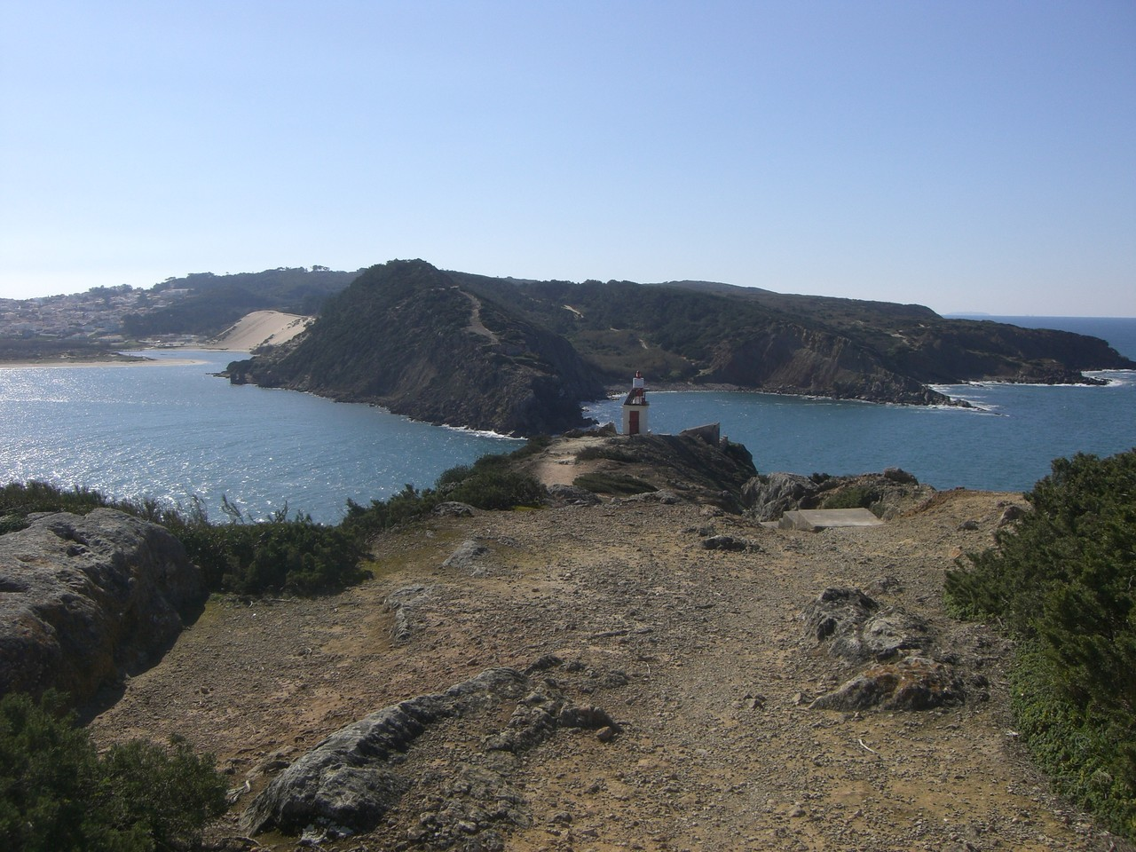 Die Meerenge, die die ruhige Bucht von Sao Martinho do Porto vom Atlantik trennt