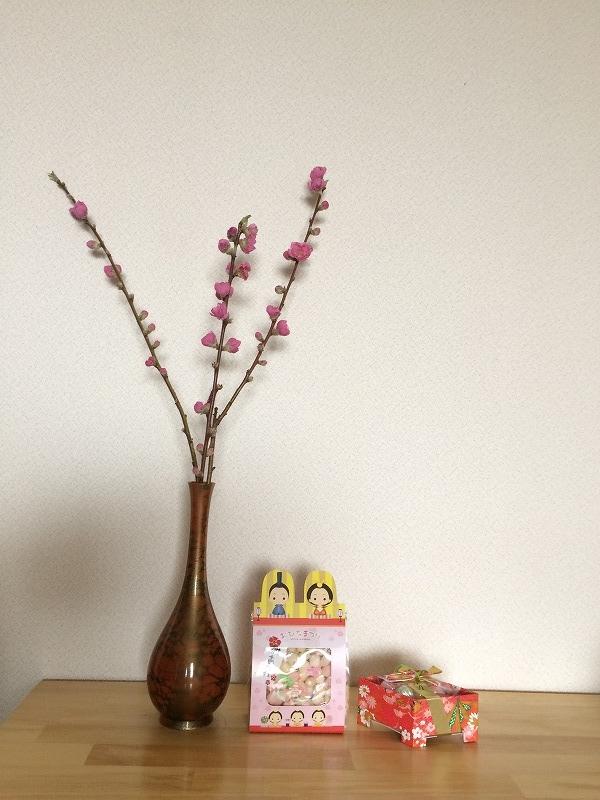ひな祭りのお供え:桃の花、雛あられ、ひし餅